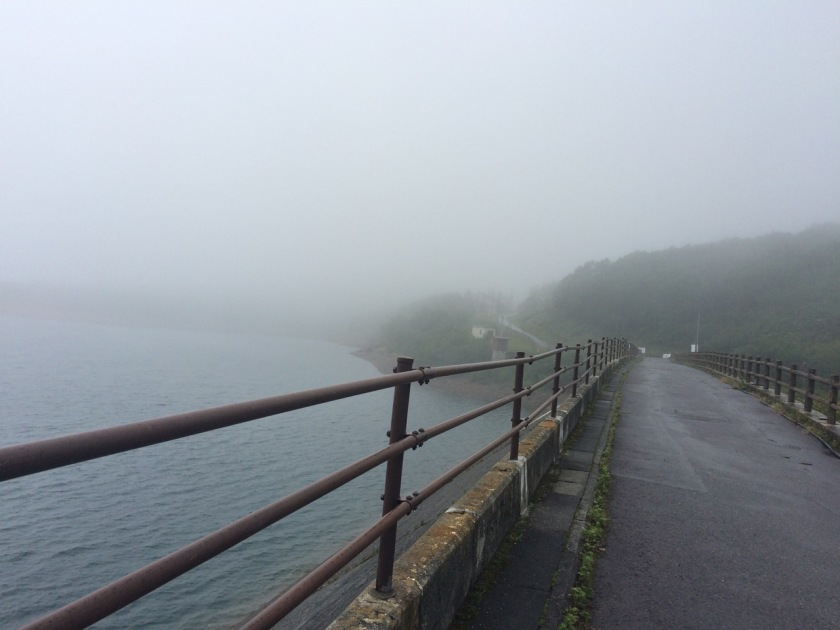 エイドを過ぎると現れる野反湖。再び降りだした雨で対岸は見えない。