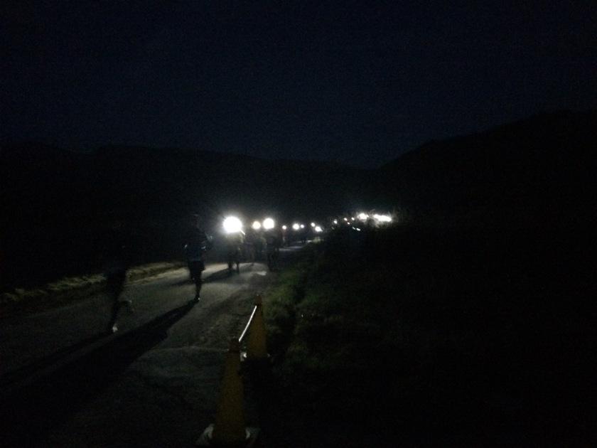 スタート直後。選手たちのヘッドライトの灯りが続く。